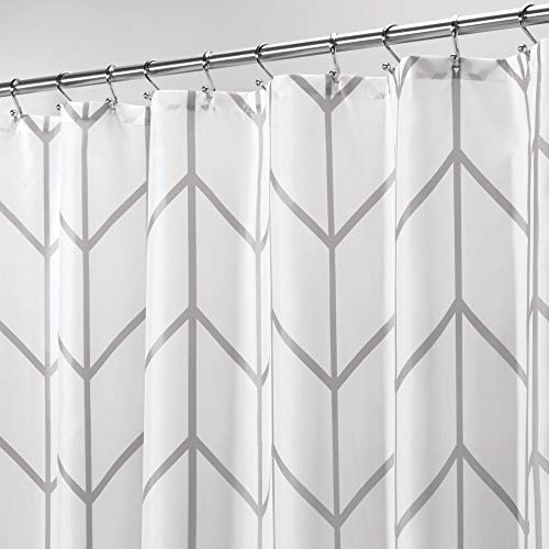 mDesign Duschvorhang aus Polyester – modernes Badzubehör für die Dusche – wasserabweisende Duschgardine im Fischgrätenmuster – 180 x 180 cm – grau und weiss